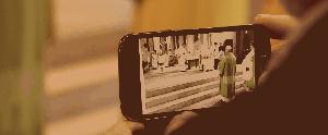 Blick durch ein Smartphone in den Altarraum