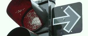 Grüner Pfeil  an roter Ampel