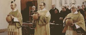Diakone bringen in der Ölmesse der Karwoche die heiligen Öle zum Altar.