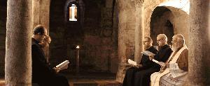 Mönche und Bischof beten in der Krypta die Vesper.