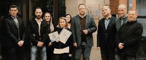 Mitarbeiter des Hauses mit der Urkunde