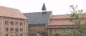 Blick über den Teich auf die Kirche