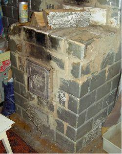 Ein alter gemauerter küchenofen